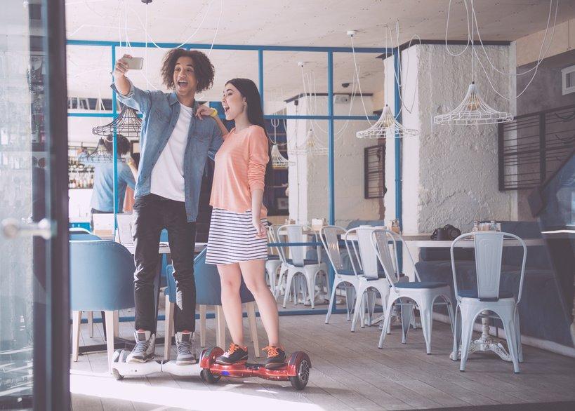 Jugendliche auf Hoverboard